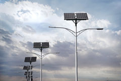 Panneaux solaires utilisés pour l'éclairage routier Image libre de droits