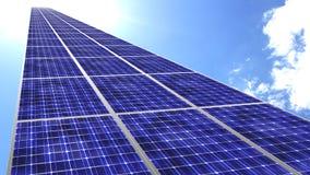 Panneaux solaires volant vers le ciel bleu avec le soleil lumineux Images stock