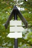 Panneaux vides de signe contre les usines brouillées Images stock