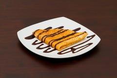 Pannekoek die met chocolade wordt behandeld Stock Foto's