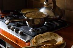 Pannekoek in een pan, close-up wordt gebakken dat royalty-vrije stock afbeeldingen