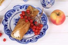 Pannekoek met gestremde melk en rood Apple met Kalina Stock Afbeelding