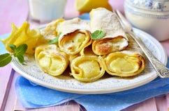 Pannekoek met gestremde melkcitroen het vullen wordt gebakken die Stock Afbeeldingen