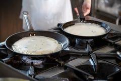Pannekoeken die in een rooster koken royalty-vrije stock foto