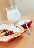 Pannekoeken en glas melk Royalty-vrije Stock Foto's