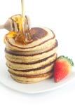 Pannekoeken, honing, aardbei en stok aan honing royalty-vrije stock afbeelding