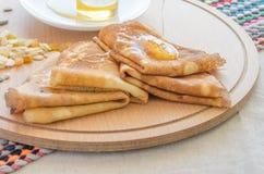 Pannekoeken, honing en noten stock foto's