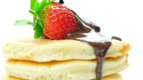 Pannekoeken met aardbei en gemotregend met chocoladesaus, macroclose-up stock afbeelding