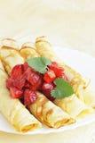 Pannekoeken met aardbeien Stock Afbeelding