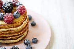 Pannekoeken met bessen op een roze plaat, zijaanzicht De gezonde Close-up van het de zomerontbijt royalty-vrije stock foto