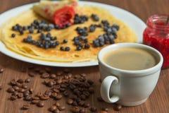 Pannekoeken met bosbessen en jam en koffie Royalty-vrije Stock Foto
