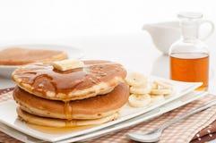 Pannekoeken met boter en stroop. Stock Afbeeldingen
