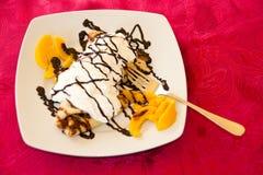 Pannekoeken met chocolade en perziken Royalty-vrije Stock Foto's