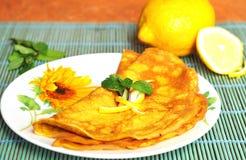 Pannekoeken met citroen en munt Stock Fotografie