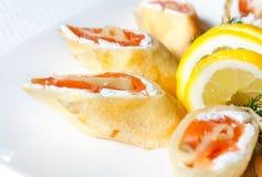 Pannekoeken met de gezouten Zalm en Kaas van Feta Stock Afbeeldingen