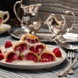 Pannekoeken met frambozen op een prachtig gelegde lijst Royalty-vrije Stock Afbeeldingen