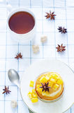 Pannekoeken met gekarameliseerde appelen Royalty-vrije Stock Foto's