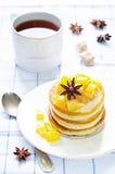Pannekoeken met gekarameliseerde appelen Royalty-vrije Stock Foto
