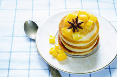 Pannekoeken met gekarameliseerde appelen Stock Foto