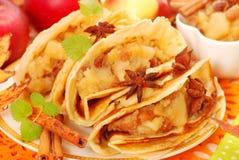 Pannekoeken met gestoofde appelen, rozijnen en kaneel Stock Afbeelding