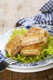 Pannekoeken met ham en kaas worden gevuld die stock fotografie