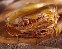 Pannekoeken met honing Stock Afbeeldingen