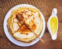 Pannekoeken met honing Royalty-vrije Stock Afbeeldingen