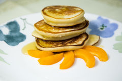 Pannekoeken met honing en abrikoos Royalty-vrije Stock Afbeeldingen