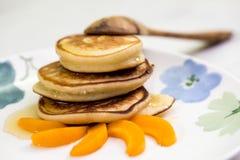 Pannekoeken met honing en abrikoos Royalty-vrije Stock Fotografie