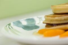 Pannekoeken met honing en abrikoos Royalty-vrije Stock Foto's