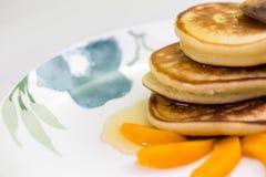 Pannekoeken met honing en abrikoos Stock Fotografie