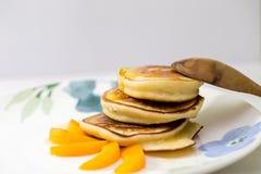 Pannekoeken met honing en abrikoos Stock Foto