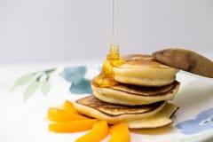 Pannekoeken met honing en abrikoos Stock Foto's