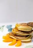 Pannekoeken met honing en abrikoos Royalty-vrije Stock Afbeelding