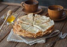 Pannekoeken met honing en noten stock afbeelding