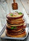 Pannekoeken met honingsdipper royalty-vrije stock afbeelding