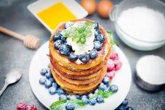 Pannekoeken met ingrediënten Royalty-vrije Stock Foto's
