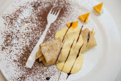 Pannekoeken met kaas en rozijnen in vanille souce Stock Foto