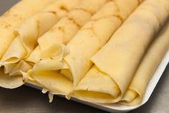 Pannekoeken met kaas worden gerold die Royalty-vrije Stock Foto's