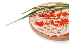 Pannekoeken met kaviaar op wit Stock Foto