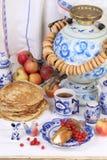Pannekoeken met kwark en een Kop thee Royalty-vrije Stock Afbeelding