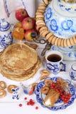 Pannekoeken met kwark en een Kop thee Stock Fotografie