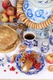 Pannekoeken met kwark en een Kop thee Royalty-vrije Stock Foto's