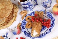 Pannekoeken met kwark en een Kop thee Stock Afbeelding