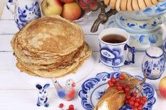 Pannekoeken met kwark en een Kop thee Stock Afbeeldingen