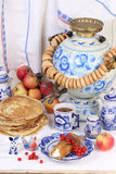 Pannekoeken met kwark en een Kop thee Stock Foto's