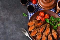 Pannekoeken met lever worden met wortelen en paddestoelen wordt gevuld gemaakt die Royalty-vrije Stock Foto's