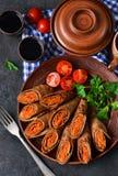 Pannekoeken met lever worden met wortelen en paddestoelen wordt gevuld gemaakt die Royalty-vrije Stock Afbeeldingen