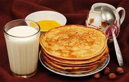 Pannekoeken met melk. Stock Foto's