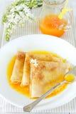 Pannekoeken met oranje saus Stock Afbeelding